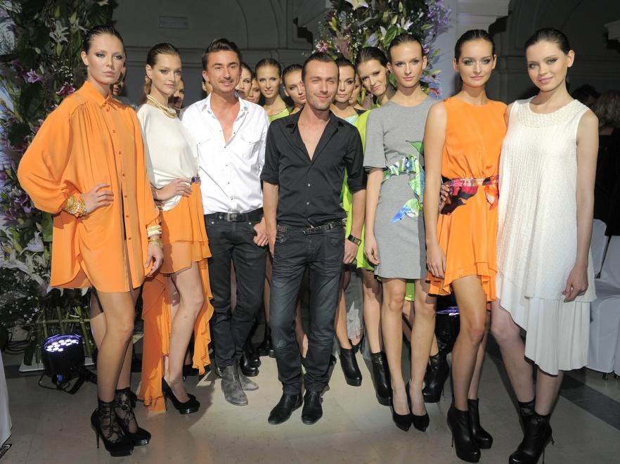Duet Paprocki i Brzozowski z modelkami bioracymi udział w pokazie kolekcji wiosna/lato 2012.