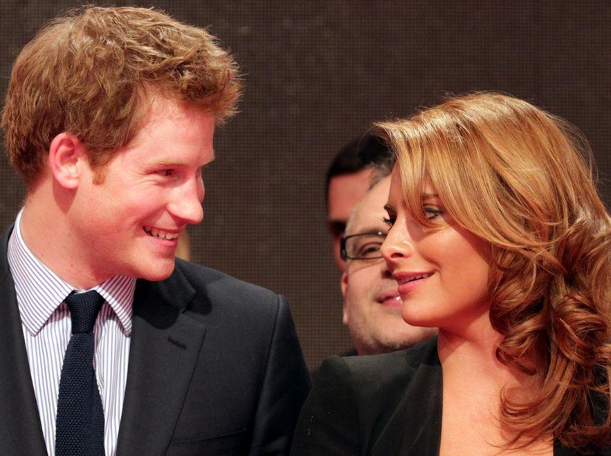 Książę Harry swoim nieodpartym urokiem podbija serca kobiet. Na zdjęciu z aktorką Sophią Tomallą