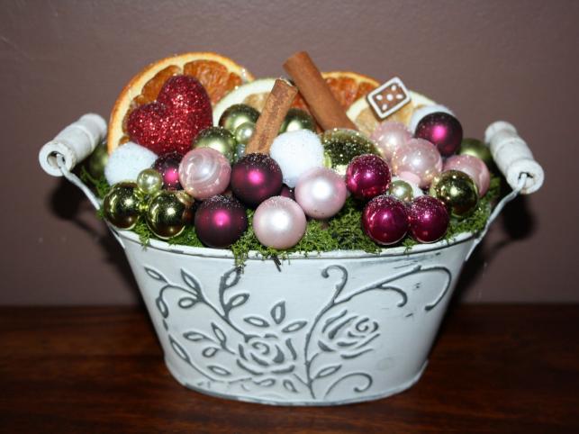 Stroik w cynkowej, bielonej osłonce, wypełniony mchem, bombkami, suszonymi owocami i cynamonem. Autorka: Marta Jarosińska-Mańka