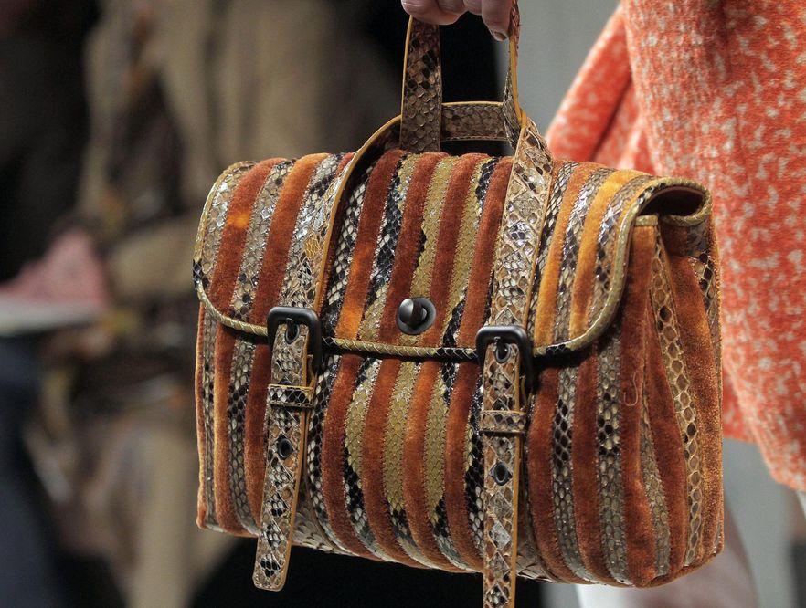 Torebka włoskiego domu mody Bottega Veneta prezentowana podczas tygodnia mody w Mediolanie