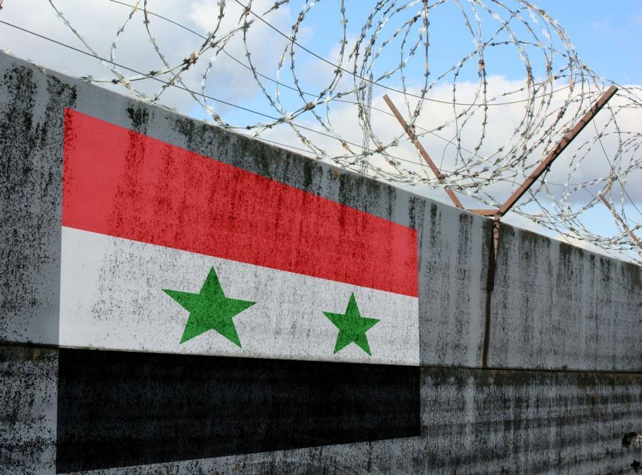 Flaga Syrii namalowana na więziennym murze