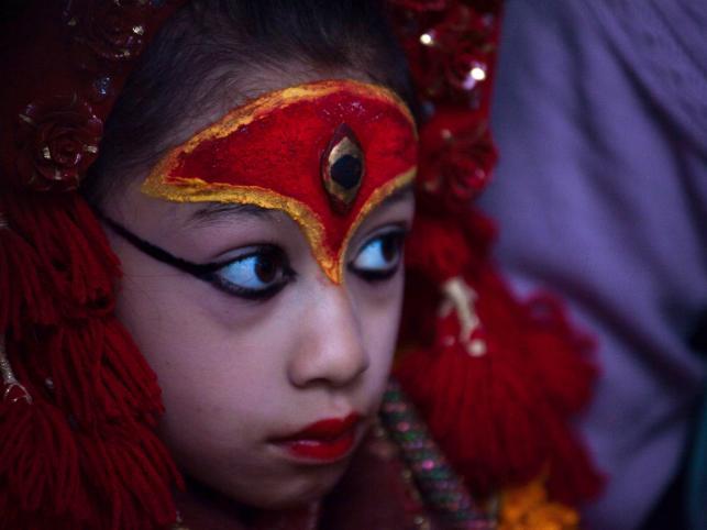Żyjąca bogini Kumaru przygląda się obchodom święta Chang Narayan w Katmandu