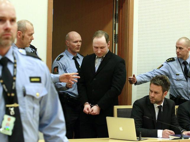 22 lipca 2011 roku Breivik najpierw zdetonował ładunki wybuchowe w siedzibie premiera Norwegii. W tym zamachu zginęło 8 osób