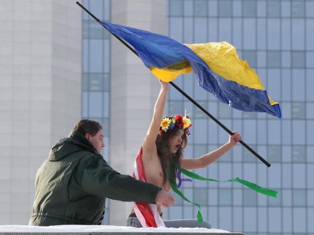 """To """"antyukraiński terror gazowy""""!Tak twierdzą ukraińskie feministki z grupy Femen. Dlatego zrzuciły ubrania, by zwrócić uwagę na swój protest"""