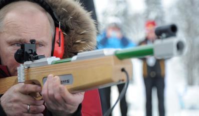 Władimir Putin mierzy z karabinka biathlonistów