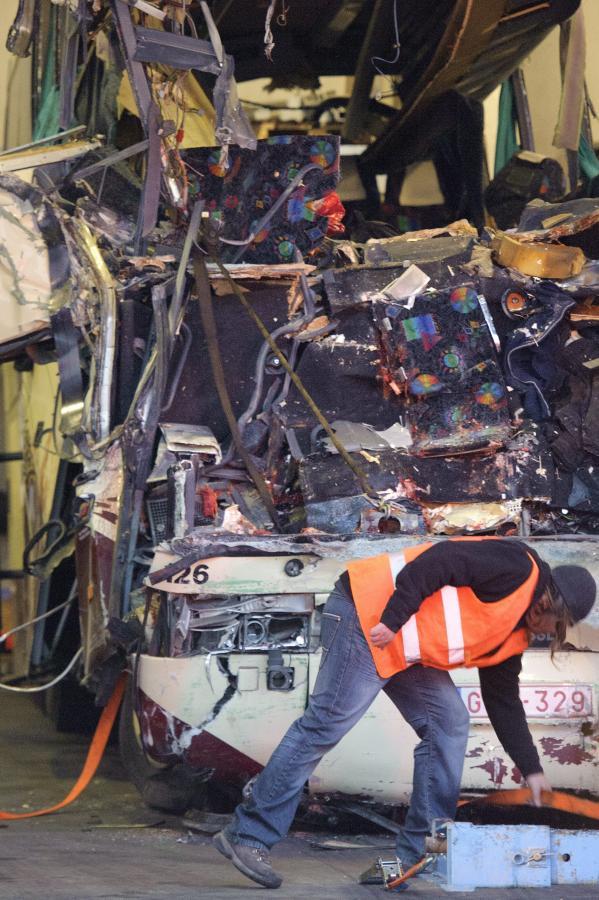 Wrak autokaru, który rozstrzaskał się w Szwajcarii