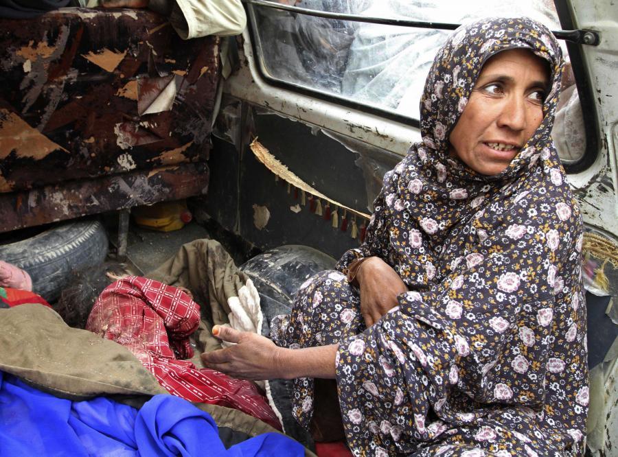 Anar Gul, mieszkanka wioski pod Kandaharem, pokazuje ciało jej wnuka, zastrzelonego przez amerykańskiego żołnierza