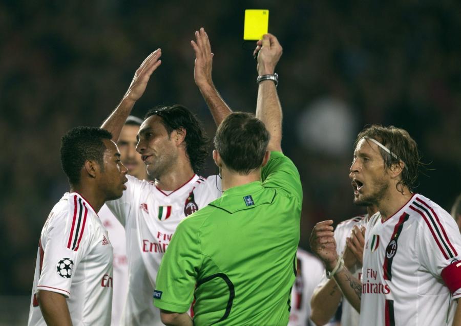 Alessandro Nesta zostaje ukarany żółtką kartkę przez sędziego Bjorna Kuipersa w meczu z Barceloną w ćwierćfinale Ligi Mistrzów