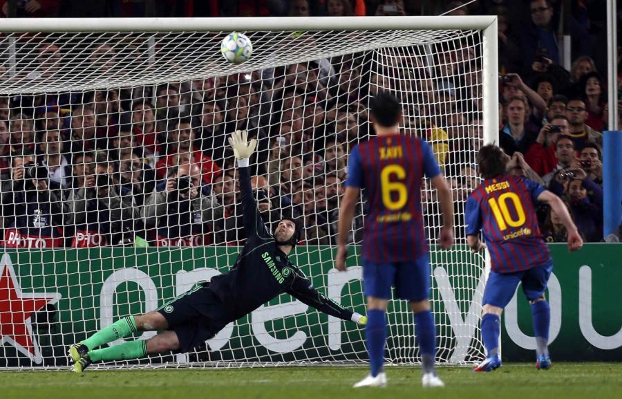 Piłka trafia w poprzeczkę po strzale Lionela Messiego z rzutu karnego