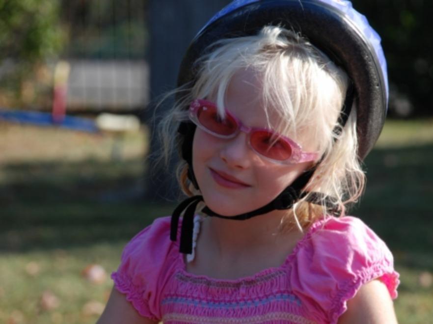 Dziecko w okularach przeciwsłonecznych
