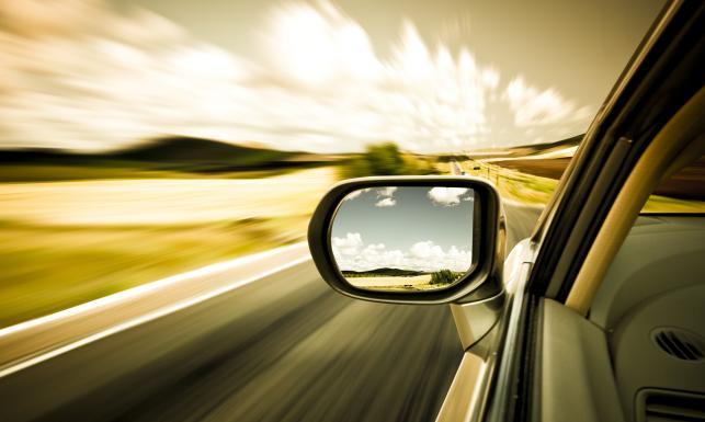 Samochód na drodze - zdjęcie ilustracyjne