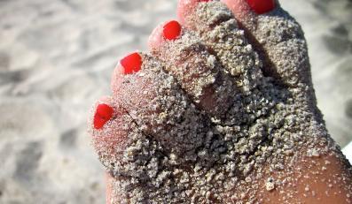 Zadbane stopy na plaży