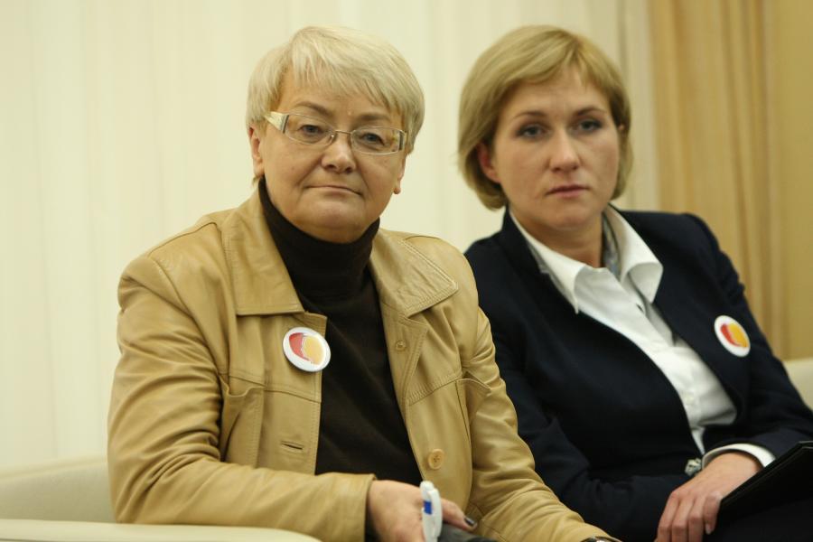 Henryka Bochniarz i Urszula Pasławska (z prawej) na konferencji \