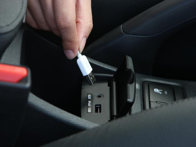 We wnętrzu Sportage po face liftingu największą nowością jest fabrycznie montowane radio CD ze złączami AUX oraz USB