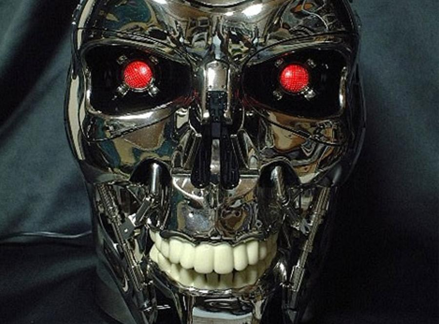 Odtwarzacz DVD w czaszce Terminatora