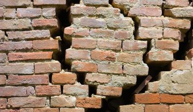trzęsienie ziemi cegły