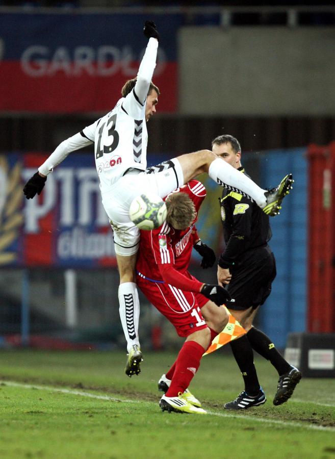 Piłkarz Polonii o mało nie urwał głowy rywalowi