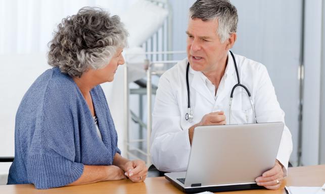 Seniorzy w gabinecie lekarskim często skarżą się na ograniczenia dotyczące programów profilaktycznych