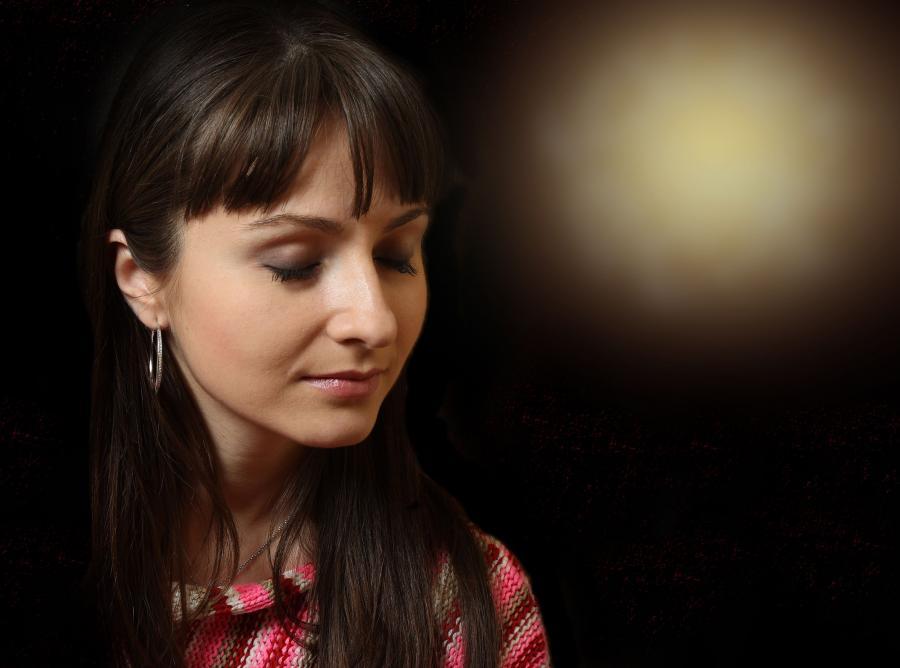 Kobieta pod wpływem hipnozy