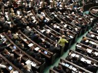 Skok PiS, SLD poza Sejmem. Najnowszy sondaż CBOS