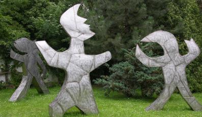 Rzeźby Abakanowicz staną na Rozdrożu