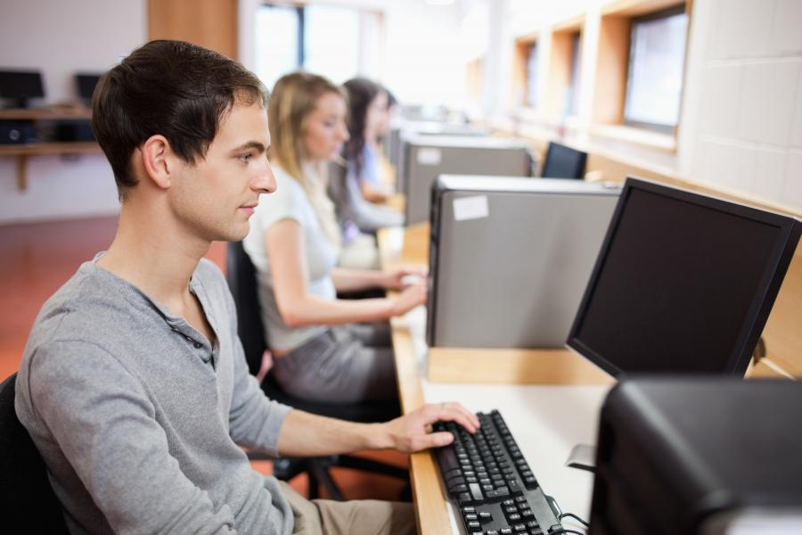 ludzie przy komputerze