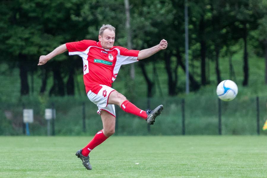 Premier Donald Tusk na boisku piłkarskim