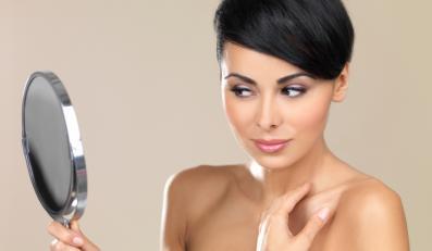 Kobieta przeglądająca się w lusterku