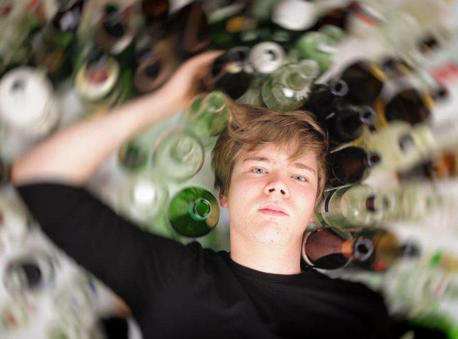 Nastolatki chętnie sięgają po alkohol