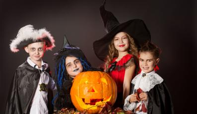 Dzieci w przebraniach na Halloween