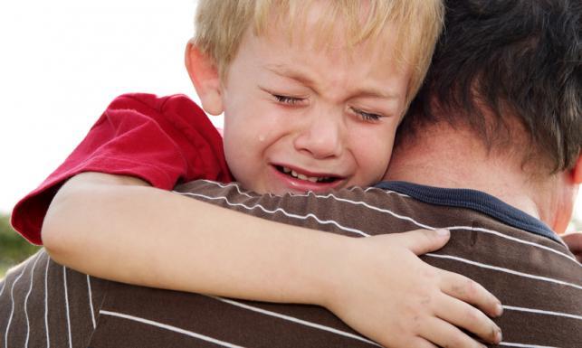 Rodzice nie powinni lekceważyć lęku dziecka przed burzą