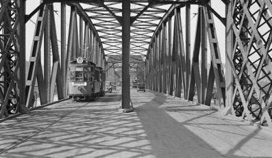 Most Kierbedzia, tramwaj linii 6 na Bródno, Warszawa 1934 (Sygn.190-0033, licencja CC-BY-SA)