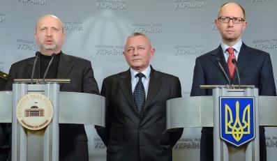 Pełniący obowiązki prezydenta Oleksandr Turczynow,premier rsenij Jaceniuk i minister obrony Igor Teniuk na konferencji w Kijowie