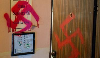 Nazistowskie symbole - swastyki, na biurze senatorskim Kazimierza Kutza w Katowicach
