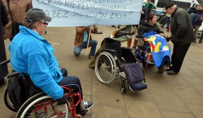 Opiekunowe dorosłych niepełnosprawnych protestują przed Sejmem