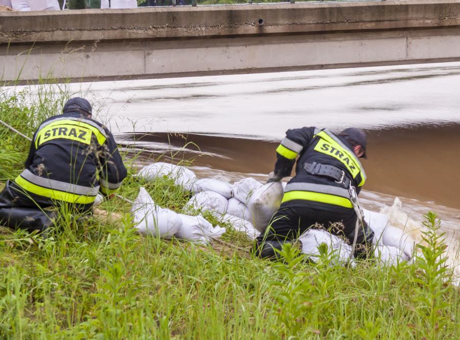 Strażacy umacniają wał