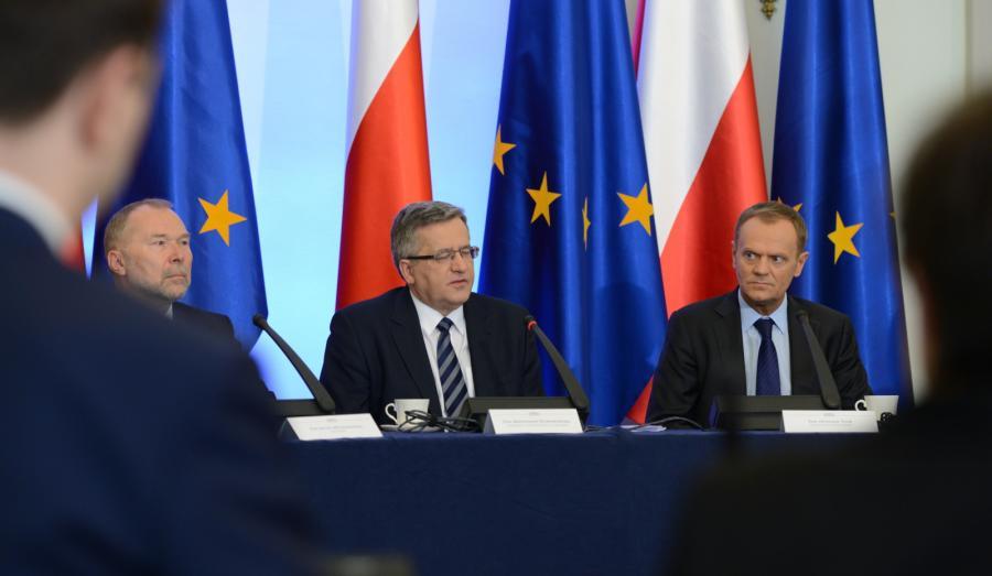 Prezydent Bronisław Komorowski i premier Donald Tusk podczas posiedzenia Rady Gabinetowej