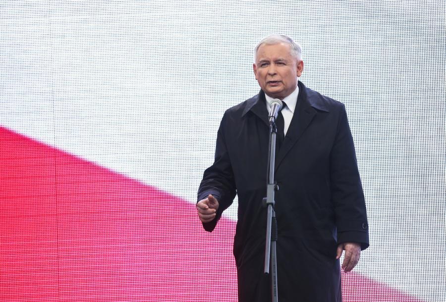 Prezes PiS Jarosław Kaczyński podczas wystąpienia przed Pałacem Prezydenckim na Krakowskim Przedmieściu w Warszawie