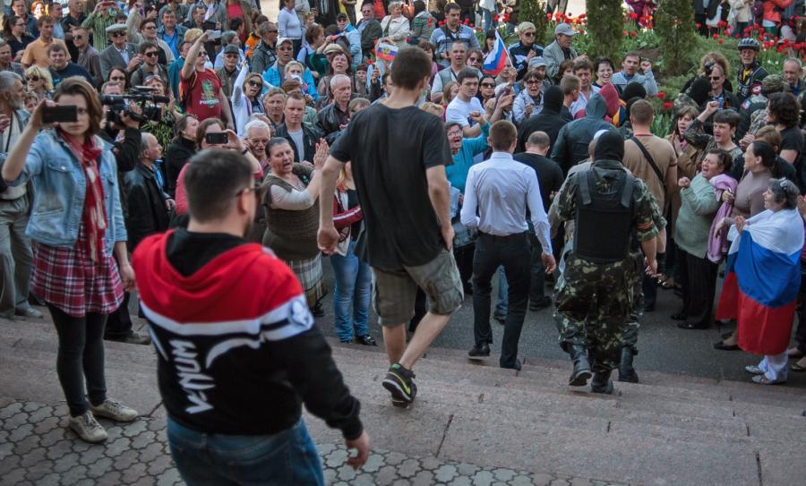Separatyści przed gmachem donieckiej telewizji