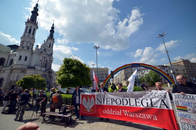 Narodowcy przed tęczą na Placu Zbawiciela