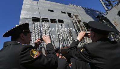 Rosjanie robią zdjęcie okrętowi klasy Mistral