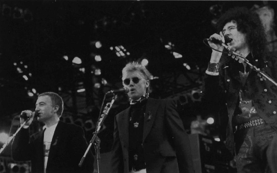 John Deacon (na zdjeciu z Rogerem Taylorem i Brianem May'em)