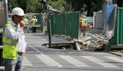W Warszawie zapadła się jezdnia