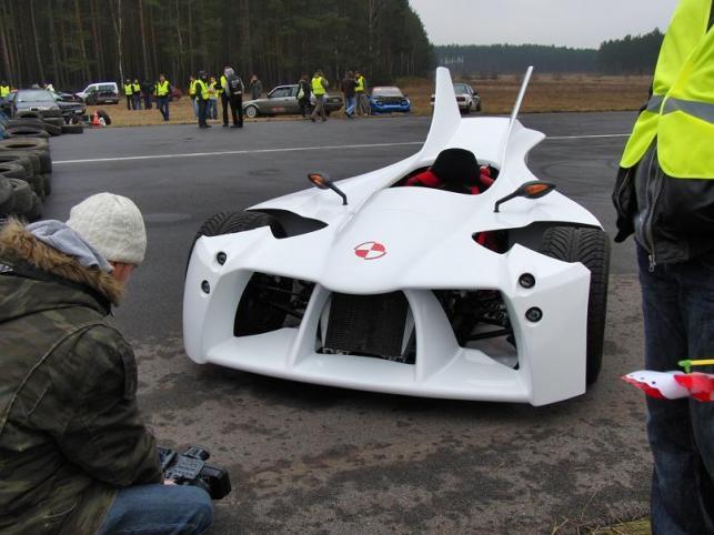 Pojazd jest składany ręcznie. Maszyna nie ma dachu dlatego kask daje bezpieczeństwo i chroni przed... owadami