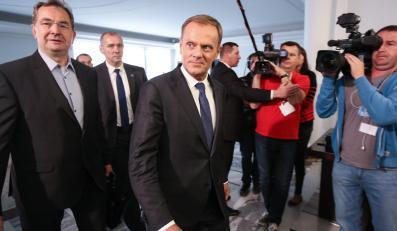 Donald Tusk w drodze na spotkanie klubu PO