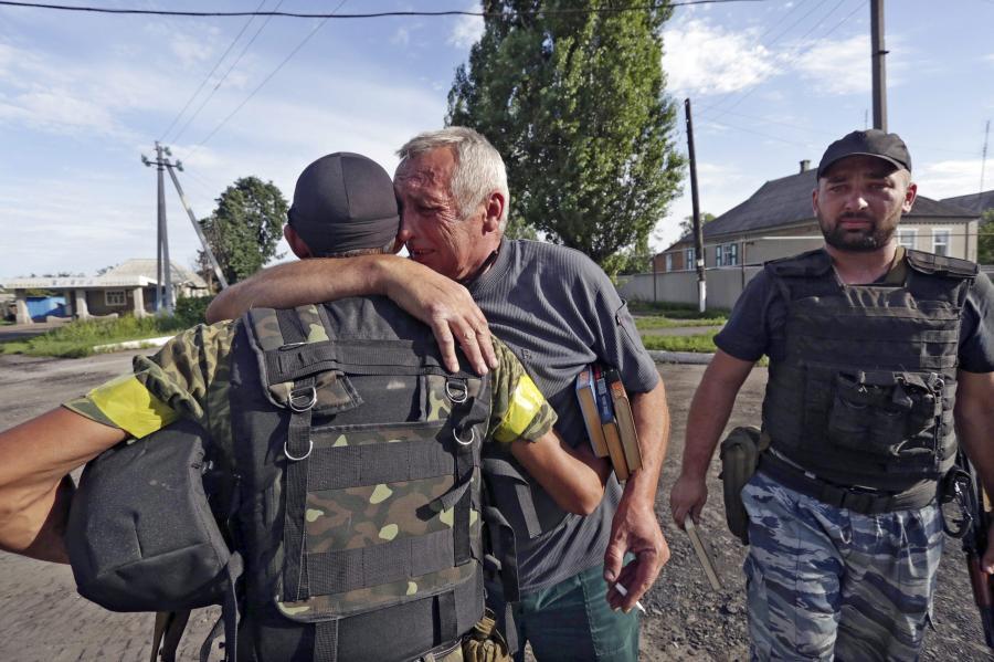 Ukraińscy żołnierze witani przed cywilów