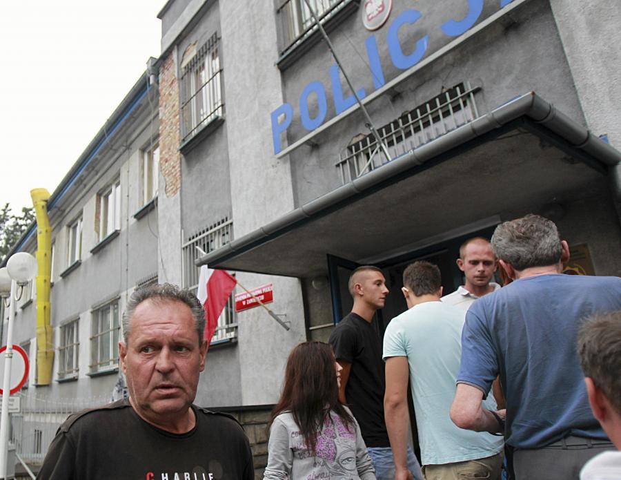 Mariusz Gajewski, ojciec 21-letniego Adriana tragicznie zmarłego w niewyjaśnionych okolicznościach, podczas protestu młodzieży przed komendą policji w Zawierciu