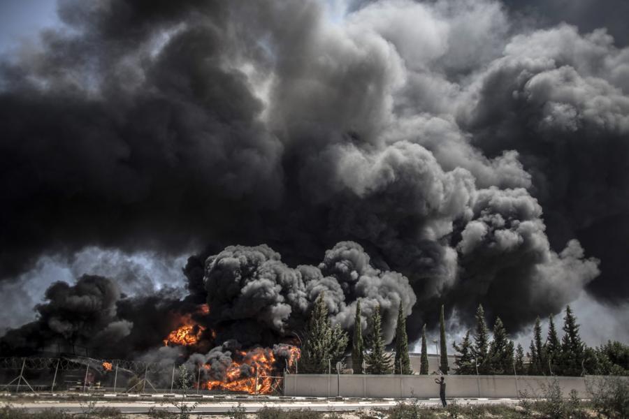 Pożar zbombardowanej elektrowni w Strefie Gazy