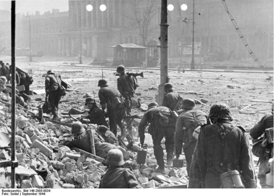 Powstanie Warszawskie, walki w Śródmieściu, przed Teatrem Wielkim (fot. Bundesarchiv, 146-2005-0034)