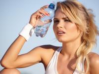 Można przesadzić z piciem wody? Oczywiście! Zobacz, czym to grozi